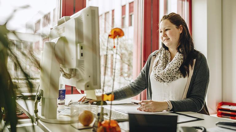 Silke Munier in ihrem Arbeitsplatz