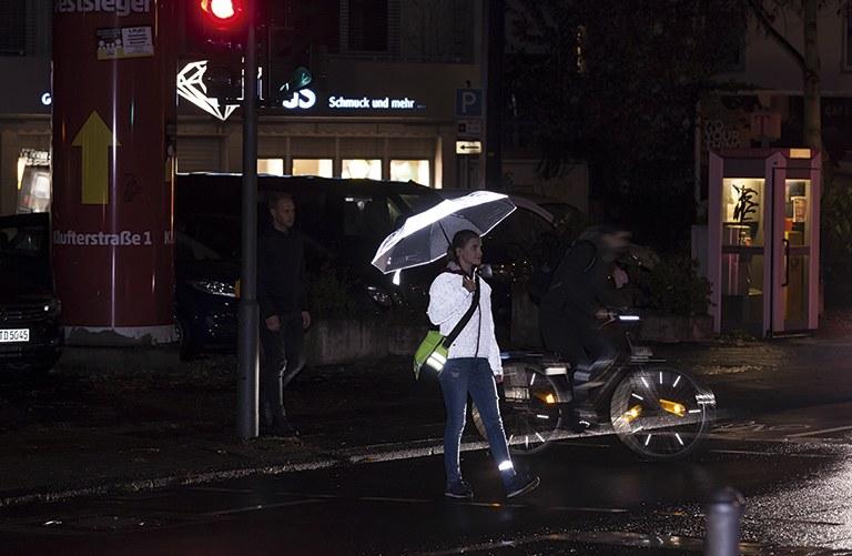 Fußgängerin im Dunkeln